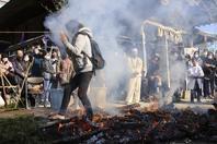 """日本舉辦傳統""""火供"""" 民眾赤腳踩煙灰祈禱新年健康"""