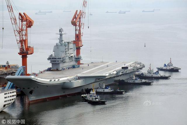 大连:国产航母离开码头 开始