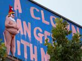 川普又被恶搞!洛杉矶现裸体