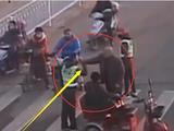 八旬老人骑电动车逆行 不服指挥掌掴志愿者