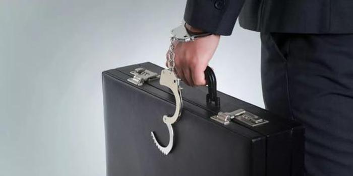 银行行长联手妻子办公室里骗客户 非法吸存1.88亿