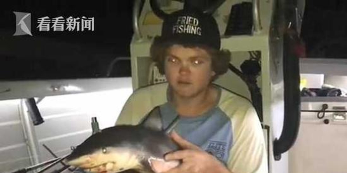 """男子将鲨鱼做烟斗狠抽一口 网友斥残酷""""你疯了"""""""