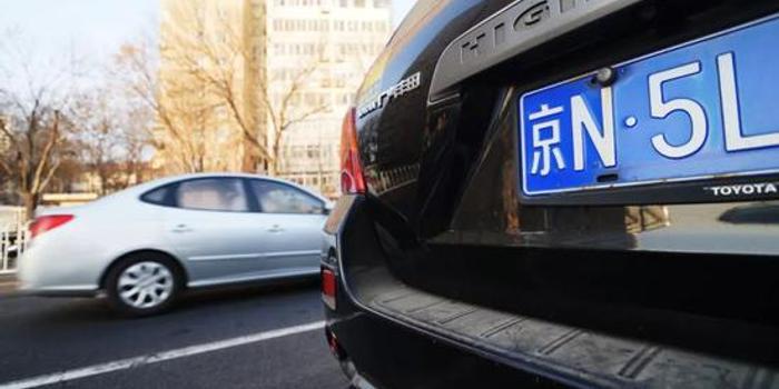 """为了一张北京车牌 50岁大妈和35岁小伙""""结婚"""""""