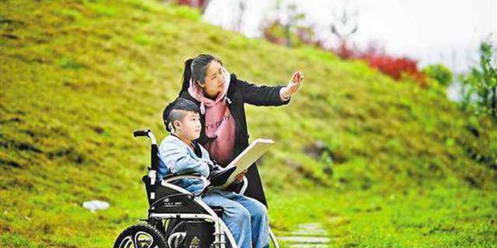 """轮椅上的孩子说""""要上学"""" 24位老师每周送教到家"""