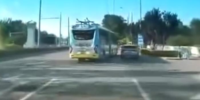 北京公交车蛇形走位斗气别车 3次别停后方宝马
