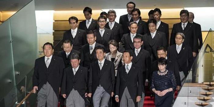 """刚入阁就和安倍""""唱反调"""" 他会是首相接班人吗?"""