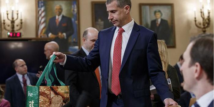 美国共和党律师参加弹劾调查听证会 公文包抢眼