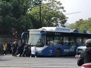 老人骑车与公交车相撞被压车底 几十位大侠一拥而上