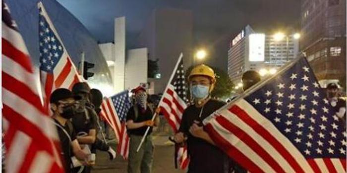 """香港反對派游行屢現美國國旗 港媒:乞求""""美援"""""""
