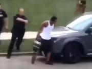 司法部门称被警察枪击的美国非裔男子车上有刀,遭律师质疑