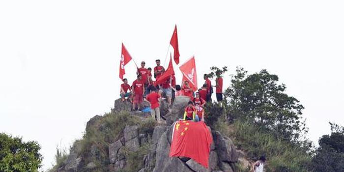 爱国团体登狮子山挥舞国旗 涉险摘除反对派标语