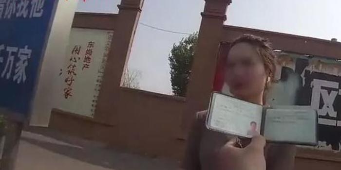 女司机上路被查淡定拿出一本男性驾照:我变过性