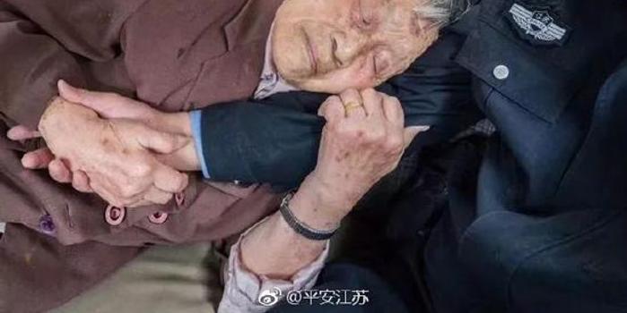 老奶奶安详睡姿照走红:我不知你是谁 但知靠着谁