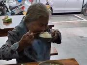 老奶奶拿一元钱进餐馆只买一碗白饭 店主这个举动必须点赞