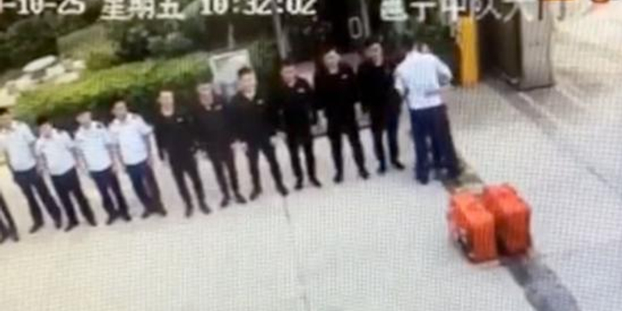 消防员退队告别时警铃突响起 他的做法让网友动容
