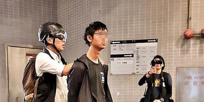 罪名成立 16岁的香港暴徒游行中携攻击武器被判了