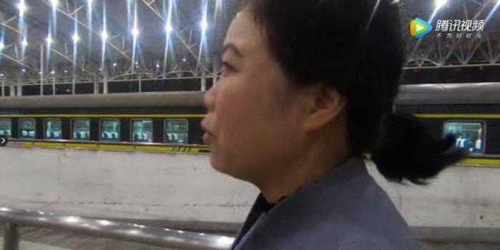 列车仅??堪胄∈?母亲狂奔一公里见武警儿子