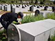 两代烈士守墓人 父子接力52年