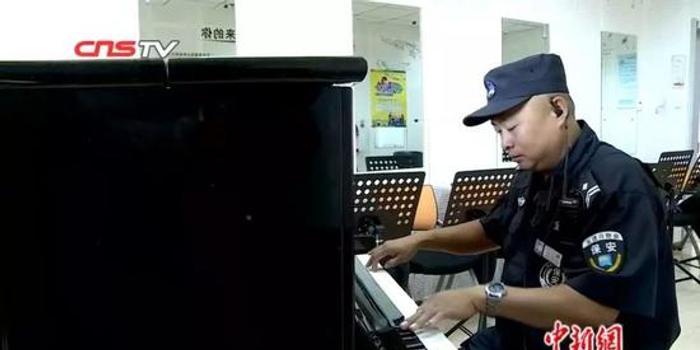55岁保安弹钢琴走红 网友:保安是最卧虎藏龙职业