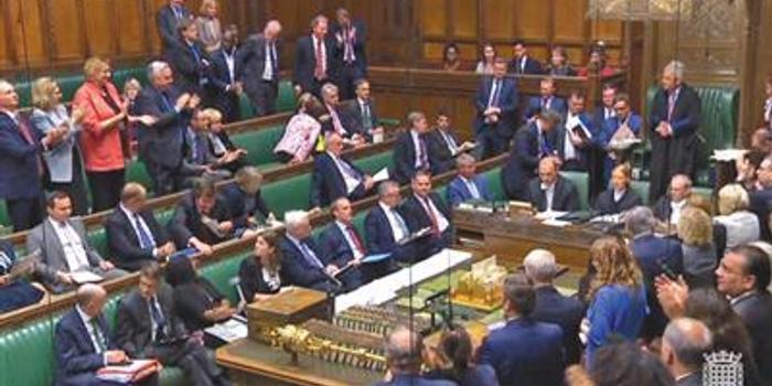"""英女王批准议会法案 议会关门前给首相""""泼冷水"""""""