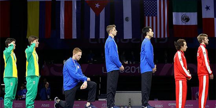 美国冠军下跪呼吁变革:国家问题太多 自豪不起来
