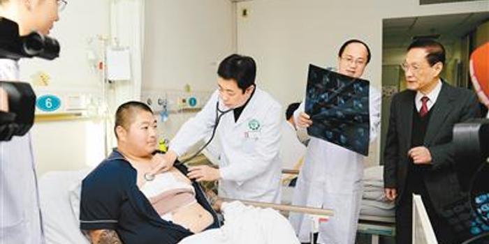 小伙胸前长5公斤重肿瘤 5根肋骨被整体切除