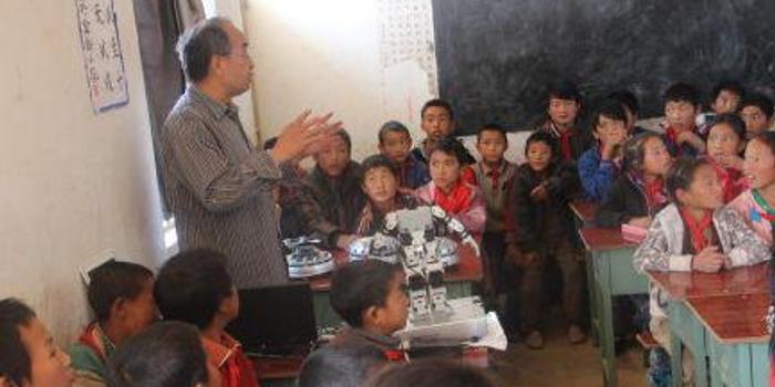 7年164所学校 退休教师自费向乡村学生科普机器人