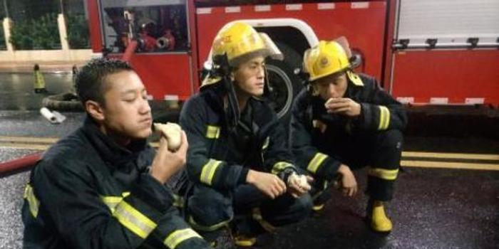 消防员台风中吃包子走红:生平第一次吃这么多包子