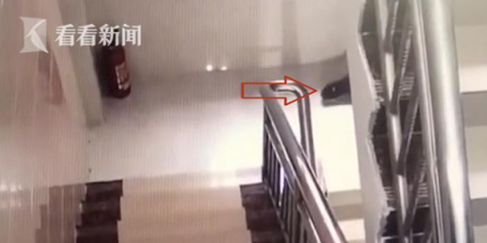 外卖小哥在居民楼楼道大便 已被平台永久拉黑(图)