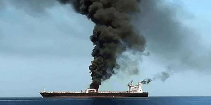 阿曼湾两油轮同日遇袭油价飙升 谁干的?