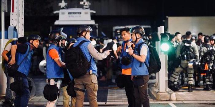 香港警方传媒联络队:示威者假扮记者阻挠警方执法