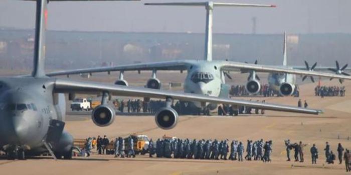 空军运输机抵达武汉时 有这样一番暖心对话