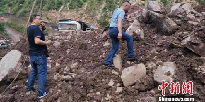 888棋牌_四川甘洛埃岱村山體垮塌:挖掘機進入展開挖掘清理