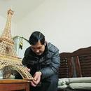 男子7个月用300根竹签搭出埃菲尔铁塔 配楼梯电梯