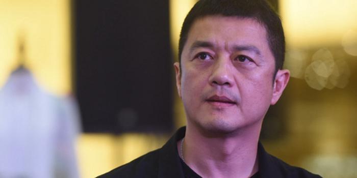 李亚鹏合同纠纷案将再审 中止执行原判决