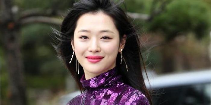 韩媒:雪莉去世 韩国演艺圈哀悼多名艺人取消活动
