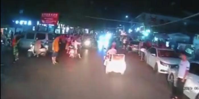 三轮车阻碍消防车通行拒绝让路 被群众掀倒路边