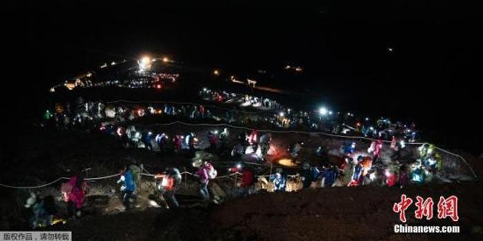 男子疑在直播中从富士山山顶摔落 日本警方搜索