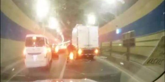 救护车被堵隧道辅警咆哮喊话 车流让出生命通道