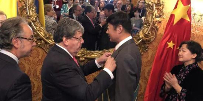 """哥倫比亞授予我大使""""圣卡洛斯大十字級勛章"""""""