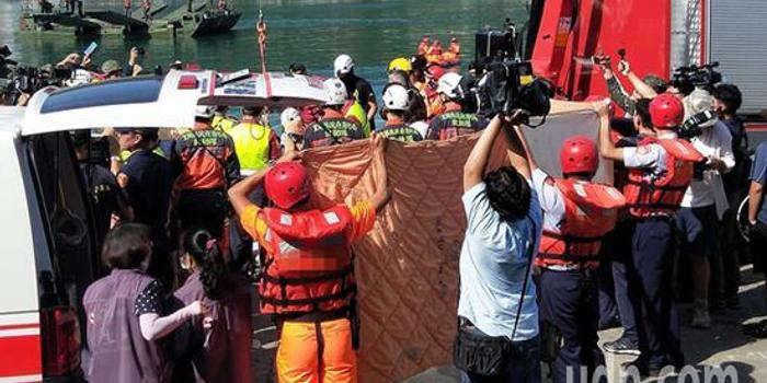 台湾南方澳大桥崩塌事故致4死10伤 仍有2人失联