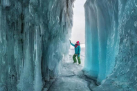 贝加尔湖冰洞万千冰锥气势迫人