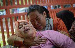 印尼假酒中毒事件致90人死 警察逮捕嫌疑人并展示证据
