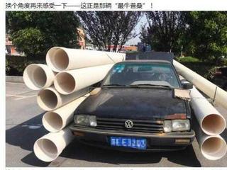小轿车为省运费外挂9根塑料管