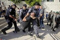 美国迁馆耶路撒冷 大批巴勒斯坦人在美新使馆外抗议被捕
