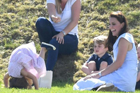 夏洛特和乔治在草地上疯跑、翻跟头,玩累了就在凯特怀抱撒娇