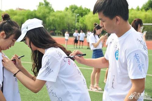 青岛高校毕业仪式文化衫创意留言 衣服不够腿来凑