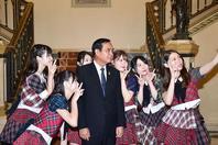 巴育接见日本女团 一起玩自拍