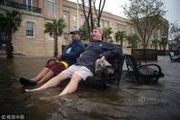 """飓风""""佛罗伦萨""""登陆美国造成至少4人死亡 民众淡定""""看海"""""""