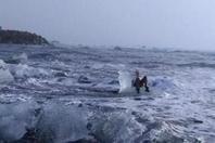 老太坐冰上拍照 不料飘进海里